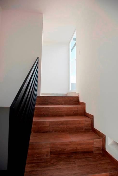 Con tanto subir y bajar c mo renovar escaleras de madera - Pasamanos de madera modernos ...