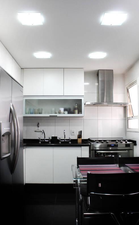 Cozinha Clean: Cozinha translation missing: br.style.cozinha.moderno por Cromalux Sistemas de Iluminação Ltda