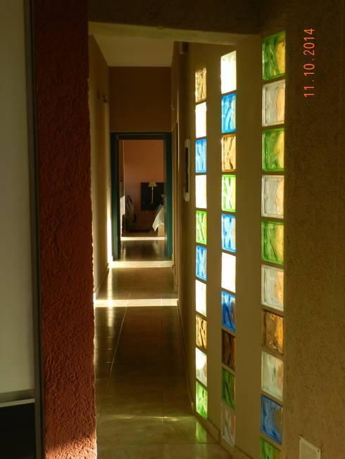 Una casa de campo que se integra al entorno for Pisos para pasillos interiores