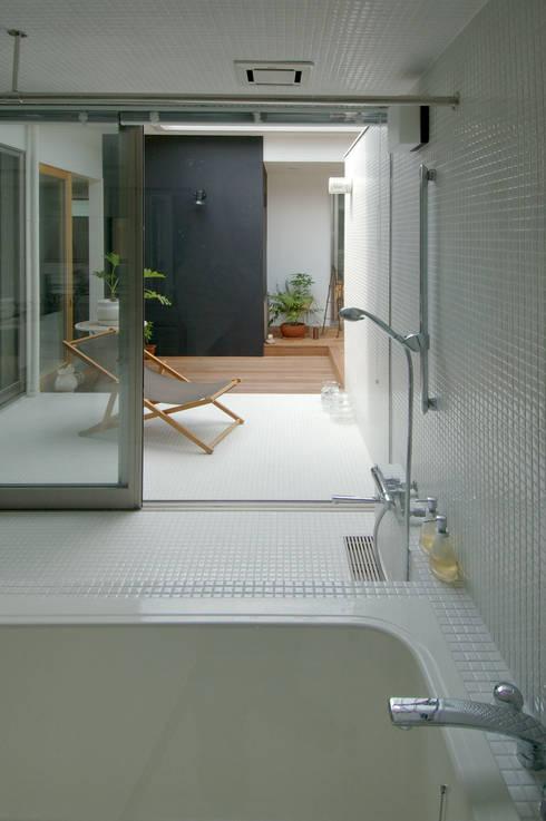 modern Bathroom by スタジオ・ベルナ