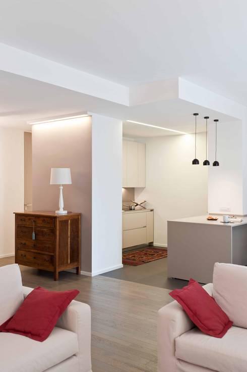 Cocinas de estilo minimalista por architetto Lorella Casola