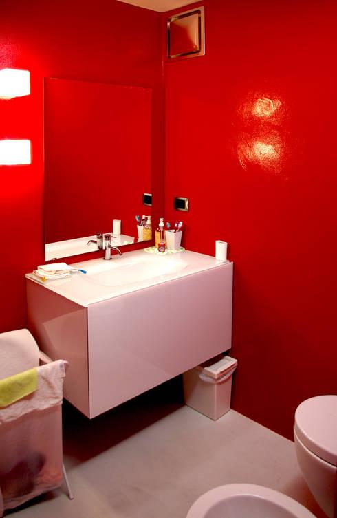 Baño De Color Rojo Intenso:Baños de estilo translation missing: mxstylebañosmoderno por LAD