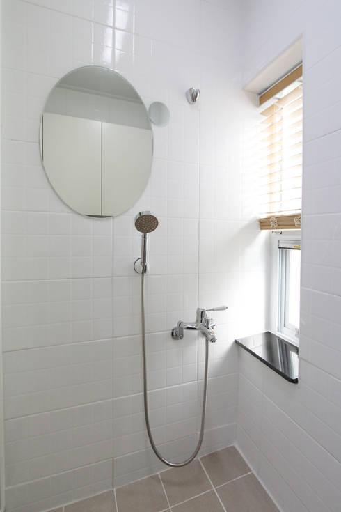 De grootse verbouwing van een klein huis - Mooie eigentijdse badkamer ...