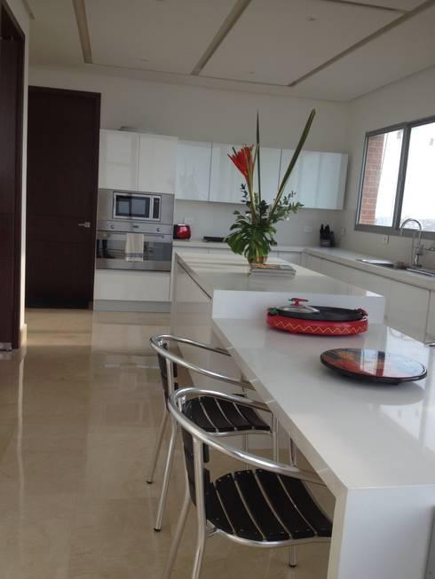 GRATTACIELO: Cocinas de estilo moderno por RCRD Studio