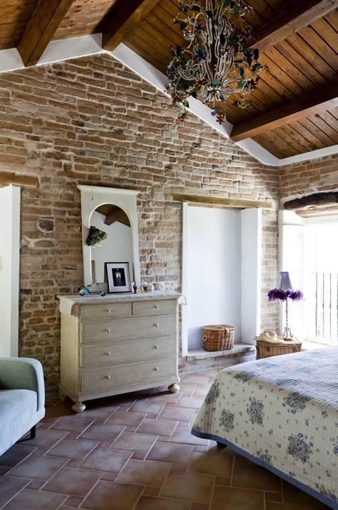 10 spettacolari camere da letto con muro in pietra - Camere da letto in legno rustico ...
