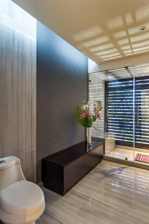 Medio Baño Minimalista:Baños de estilo minimalista por BURO ARQUITECTURA
