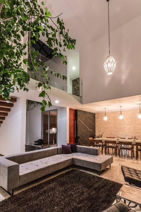 16 salas de doble altura modernas y espectaculares for Casa de arquitecto moderno