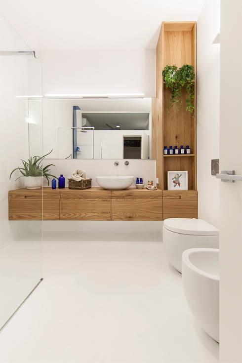 Interior DM: Bagno in stile in stile Minimalista di Paolo Didonè Devvy Comacchio Architects