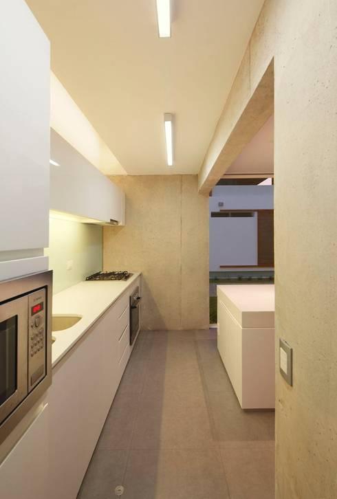 Casa Blanca: Cocinas de estilo moderno por Martin Dulanto