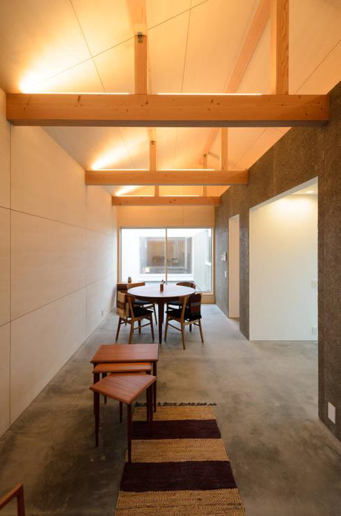 Salas de jantar modernas por 風景のある家.LLC
