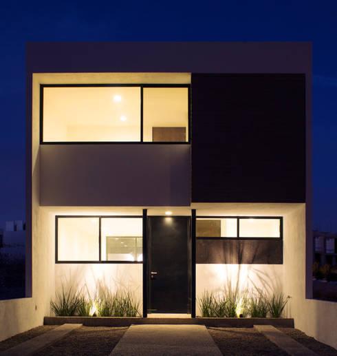 10 fachadas modernas ideales para casas de dos pisos for Casa minimalista tres pisos