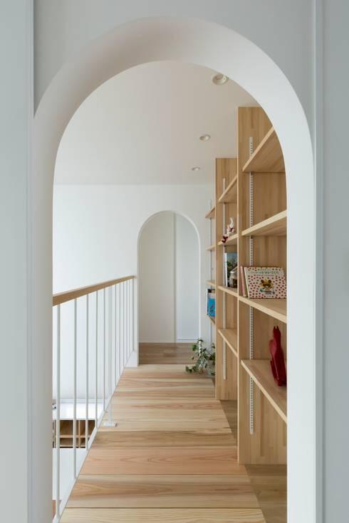 scandinavian Corridor, hallway & stairs by ALTS DESIGN OFFICE