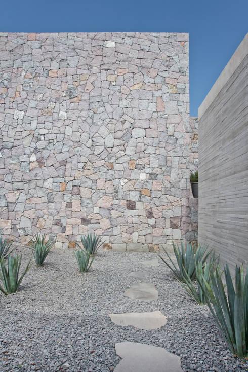 modern Walls & floors by Estudio Manuel Peredo