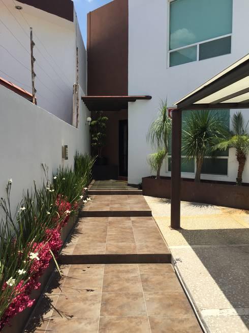 15 ideas modernas para la entrada de tu casa - Jardineras en escalera ...