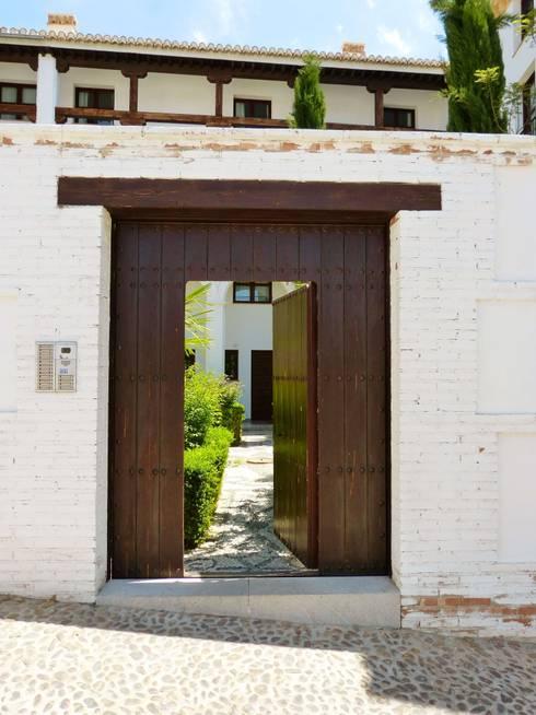 15 puertas de entrada de madera perfectas para tu fachada for Puertas grandes antiguas