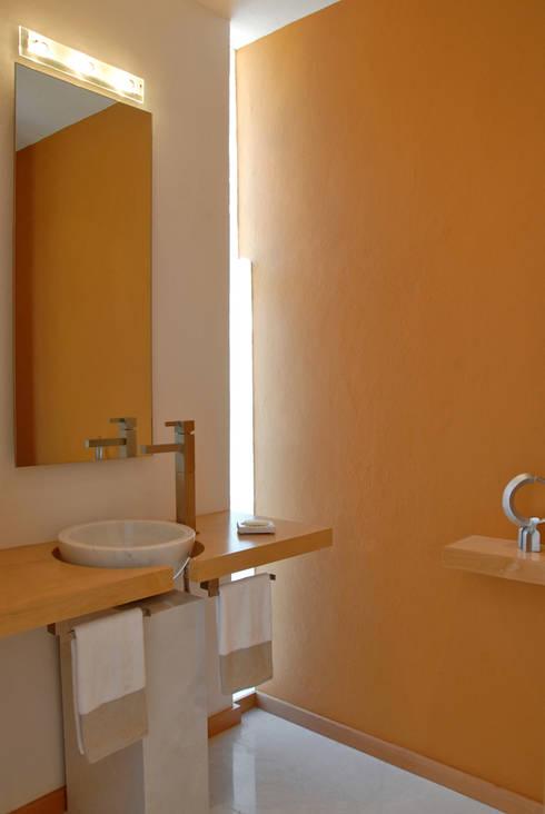 Fotografía: Mito covarrubias: Baños de estilo translation missing: mx.style.baños.moderno por Agraz Arquitectos S.C.