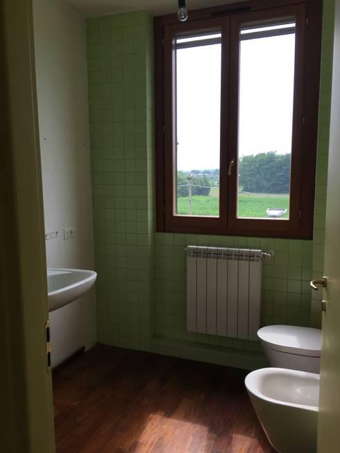 Bathroom Before:  in stile  di Venduta a Prima Vista