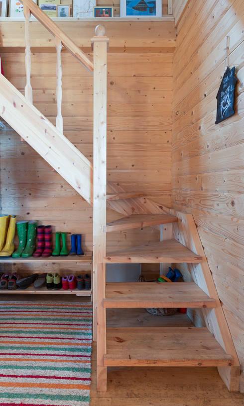 Projekty, translation missing: pl.style.korytarz-przedpokój-i-schody.skandynawski Korytarz, przedpokój i schody zaprojektowane przez THULE Blockhaus GmbH