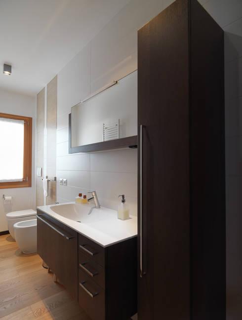BM HOUSE: Bagno in stile in stile Moderno di SANSON ARCHITETTI