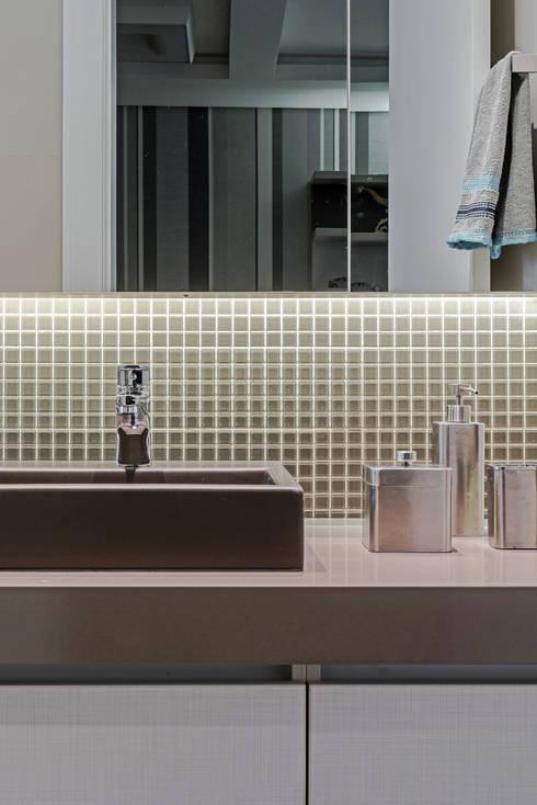 Baños de estilo translation missing: mx.style.baños.moderno por TRÍADE ARQUITETURA