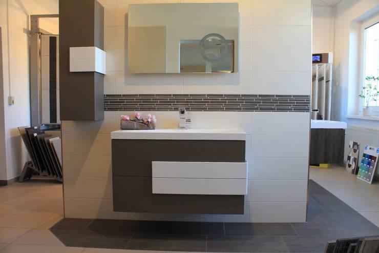 bad mit horizontaler bord re von robert m ller fliesenleger homify. Black Bedroom Furniture Sets. Home Design Ideas