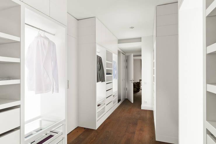 wie kann ich einen begehbaren kleiderschrank in mein schlafzimmer integrieren. Black Bedroom Furniture Sets. Home Design Ideas
