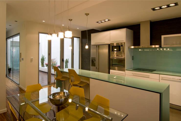 Dúplex: Cocinas de estilo moderno de AZ Diseño