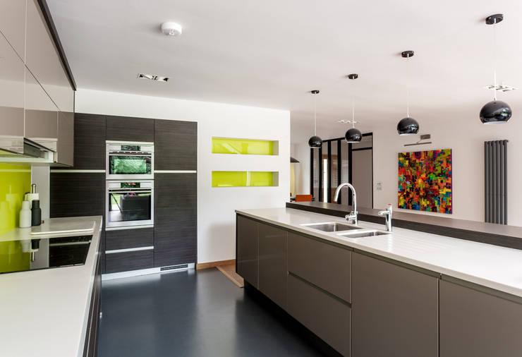 Cocinas de estilo moderno por Designcubed