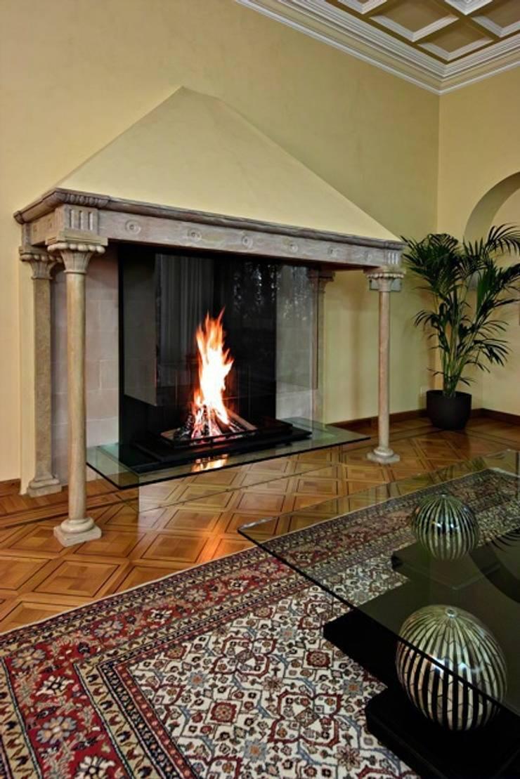 Cheminée moderne en verre dans une grande cheminée Italienne par ...