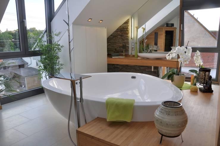 Modernes bad im dachgeschoss verschiedene for Raumgestaltung engel