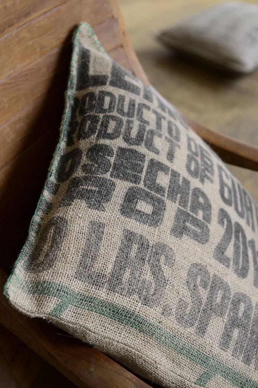 coussins en toile de jute de sacs de caf recycl s par lilokawa homify. Black Bedroom Furniture Sets. Home Design Ideas