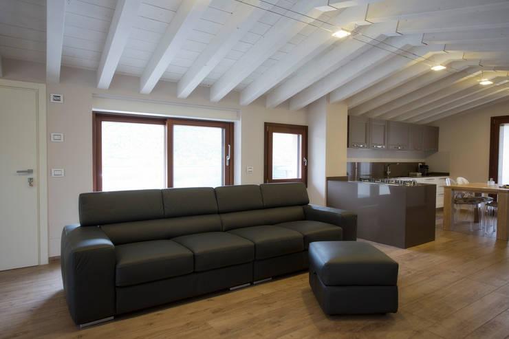 Una mansarda moderna che sa essere open space for Arredare mansarda bassa