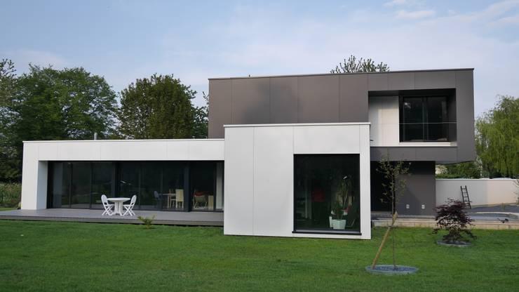 Une maison qui cache une surprise exceptionnelle for Maison moderne menuiserie blanche