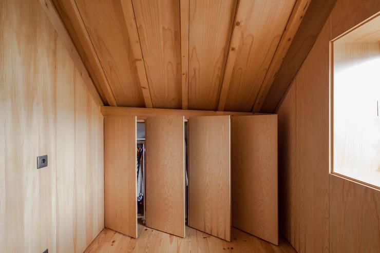 Chalé das Três Esquinas: Closets ecléticos por Tiago do Vale Arquitectos