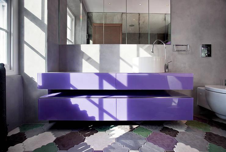 Baños de estilo moderno de Roselind Wilson Design