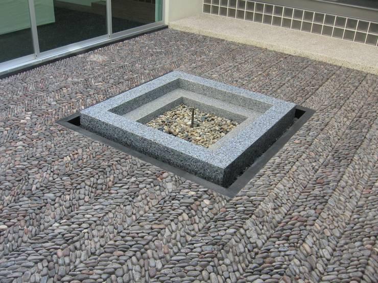 Casa en Villa Coral, 2003: Paredes y pisos de estilo moderno por Taller Luis Esquinca