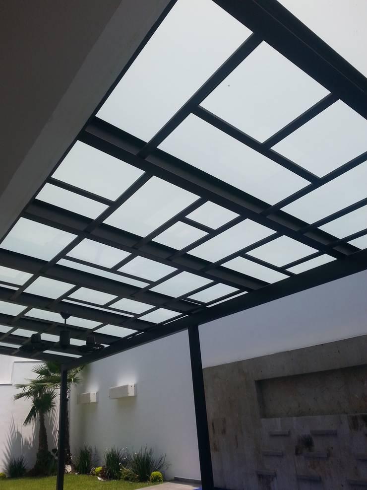 TERRAZA VIDRIO LAMINADO: Terrazas de estilo translation missing: mx.style.terrazas.moderno por DEAALUM