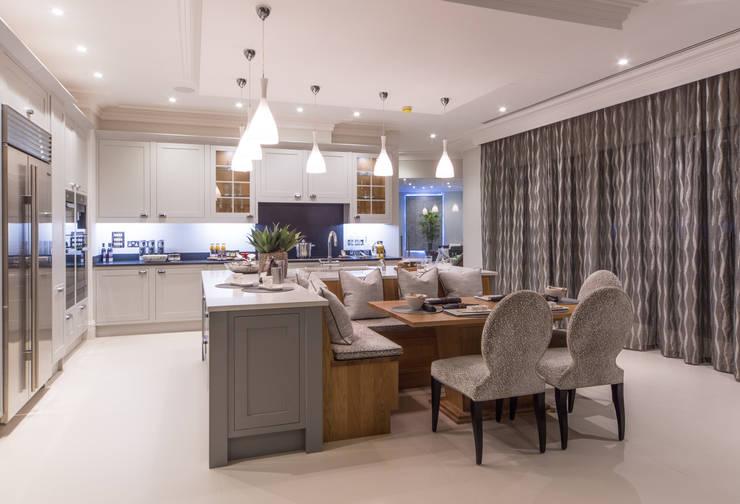cucina moderna inserti lucide metallici : Cucina in stile in stile Moderno di Flairlight Designs Ltd