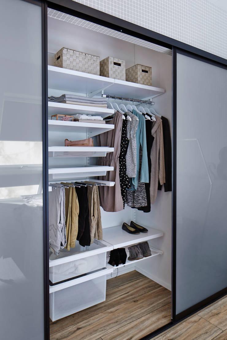 elfa einbauschrank mit grauer glasf llung im schlafzimmer. Black Bedroom Furniture Sets. Home Design Ideas