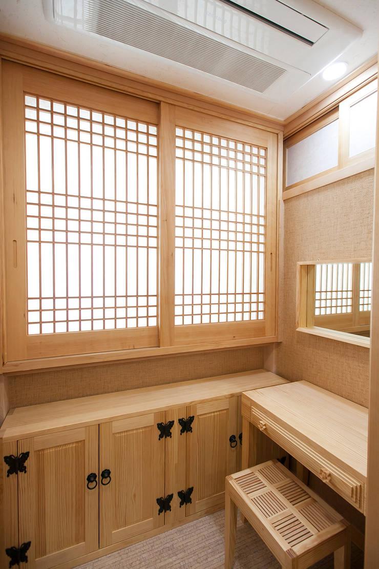Baños Estilo Asiatico:아파트를 한옥으로 de 한옥공간