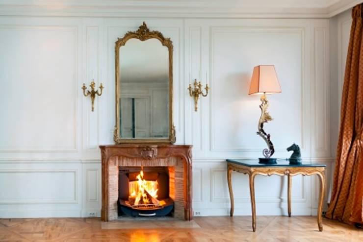 Appartement de standing haussmannien: Salon de style de style Classique par Finoptim