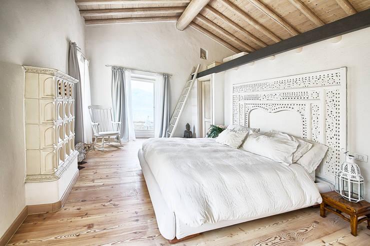 La camera padronale: Camera da letto in stile in stile Rustico di ...