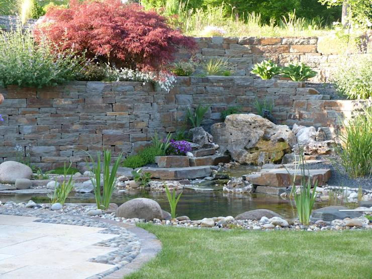 Gartenteich mit Quellstein: mediterraner Garten von Gärten für Auge und Seele