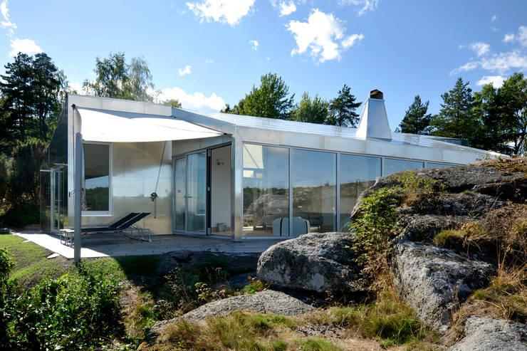 aluminium verkleidung mit kleinen Fenstern asymmetrische Bauvolumen