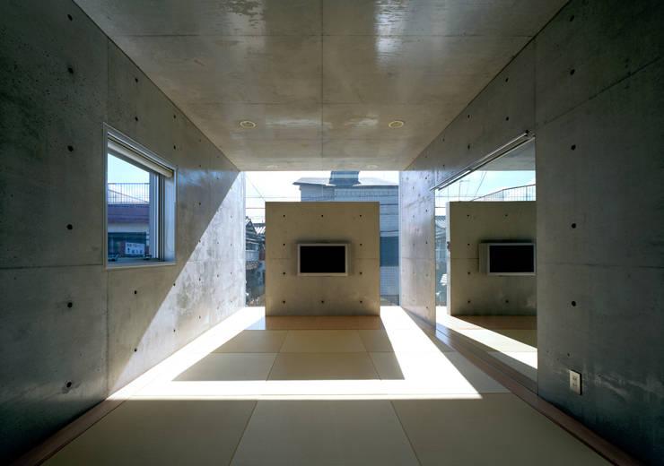 和室: atelier mが手掛けたtranslation missing: jp.style.壁-フローリング.modern壁&フローリングです。