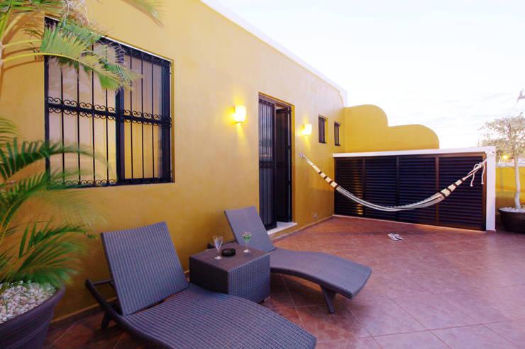Terraza en planta alta que mira hacia la calle: Terrazas de estilo translation missing: mx.style.terrazas.colonial por Arturo Campos Arquitectos