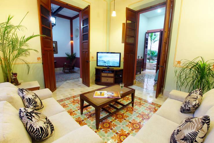 Sala de Televisión: Salas de estilo colonial por Arturo Campos Arquitectos
