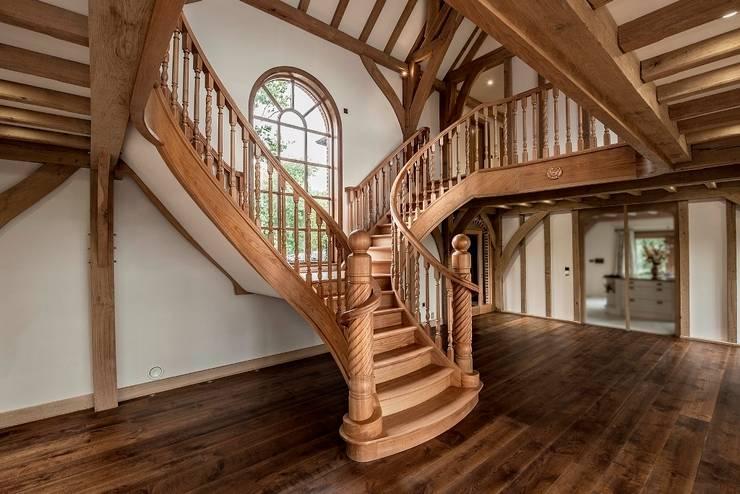 Pasillos, vestíbulos y escaleras  de estilo translation missing: ar.style.pasillos-vestíbulos-y-escaleras-.clasico por Smet UK - Staircases