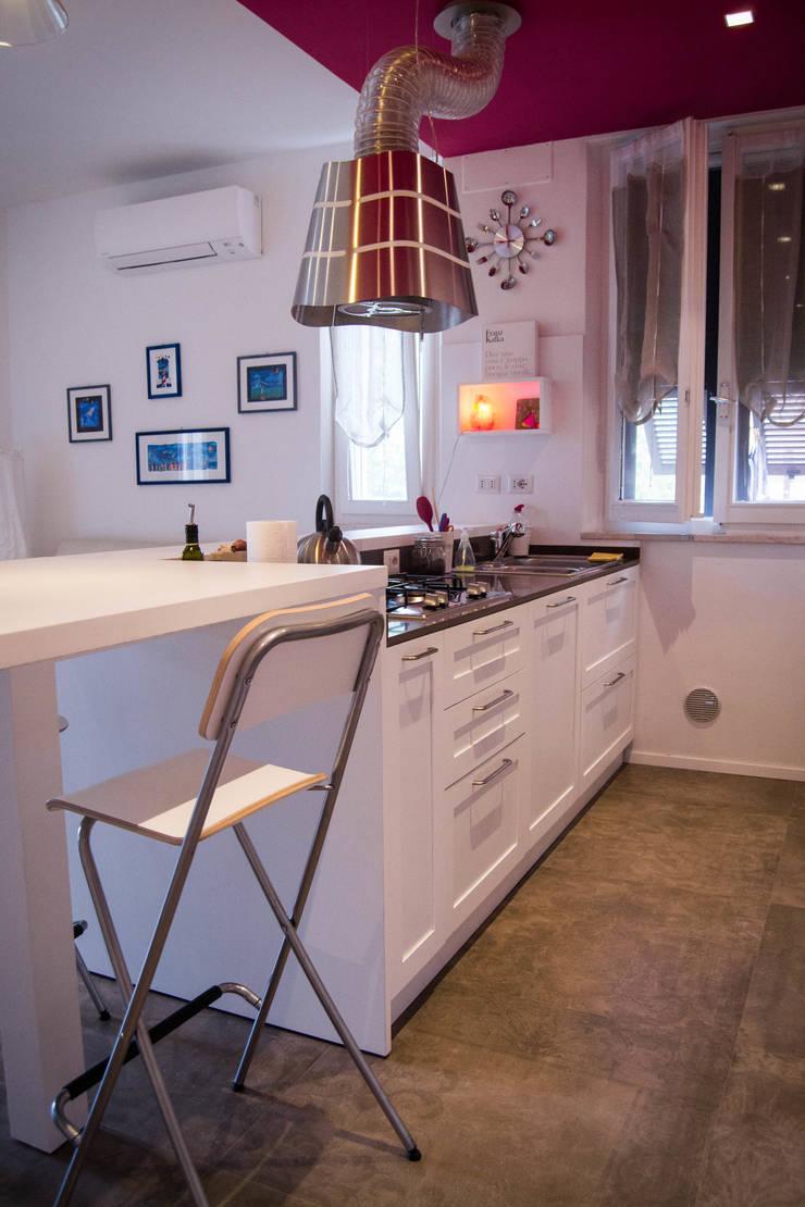 Cucina laccata con penisola e specchiature: Cucina in stile in stile ...