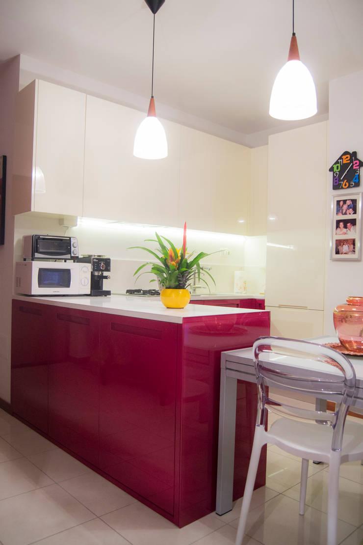 Cucina bicolore laccata lucida rossa e bianca di - Cucina laccata bianca ...